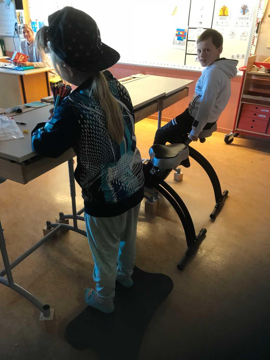 Skolan har även köpt in en balansplatta och en stol som är som en stabilare pilatesboll.