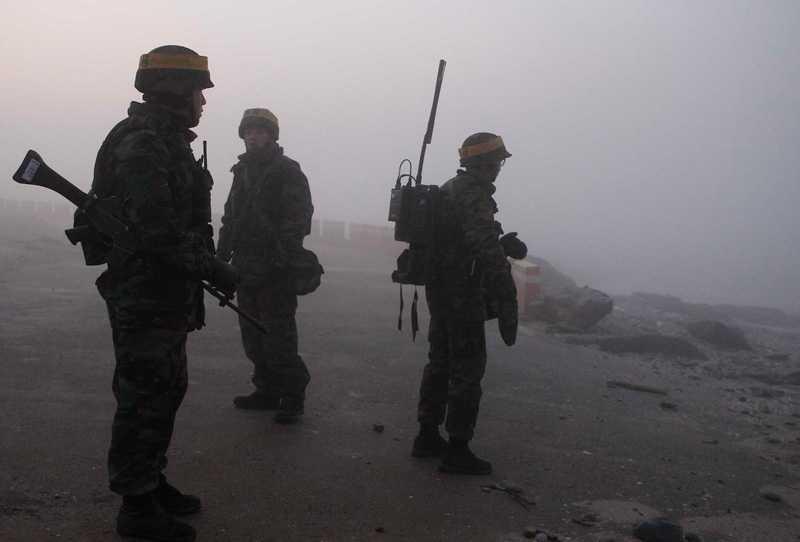 Övningen fick först skjutas upp på grund av dimma, men vid sextiden på måndagsmorgonen hördes arillerield uppger Reuters.