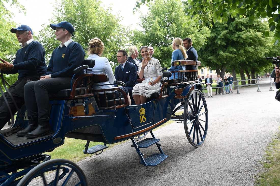 Kronprinsessan Victoria och prins Daniel med flera åker hästdragen vagn under nationaldagsfirandet på Strömsholms slott.