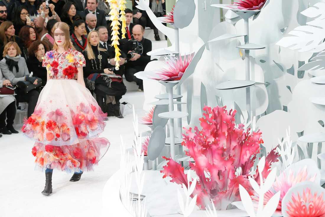 En modell visar upp Karl Lagerfelds kollektion för sommaren 2015 för modehuset Chanel.