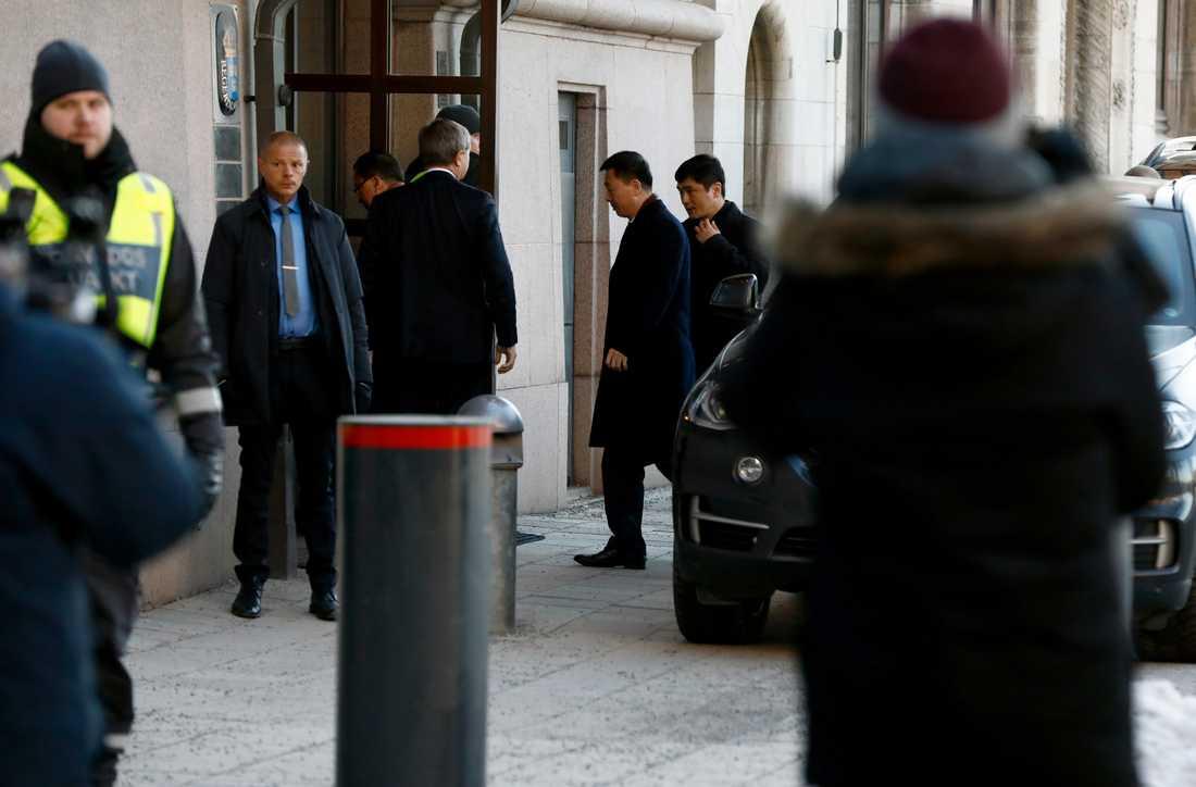Här anländer den nordkoreanska utrikesministern Ri Yong-ho till utrikesdepartementet – för att träffa sin svenska kollega Margot Wallström.