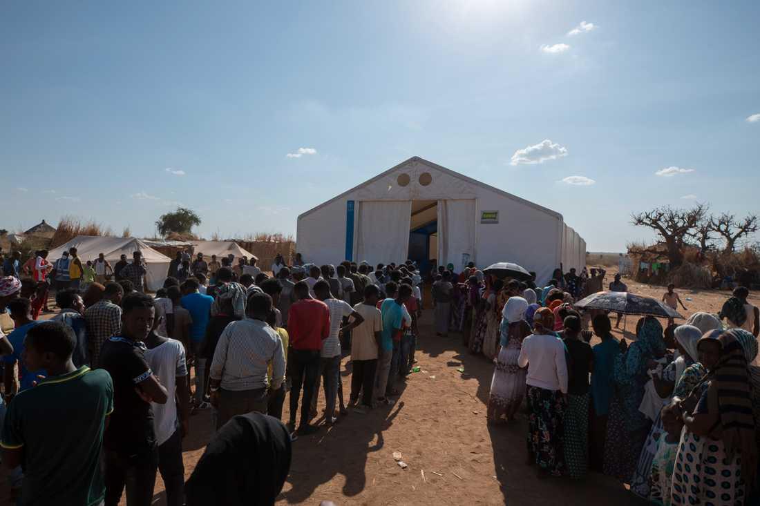 Tusentals människor flydde från Tigray i Etiopien när konflikten bröt ut i november. Här köar män och kvinnor för hjälp i ett flyktingläger i Sudan i december.