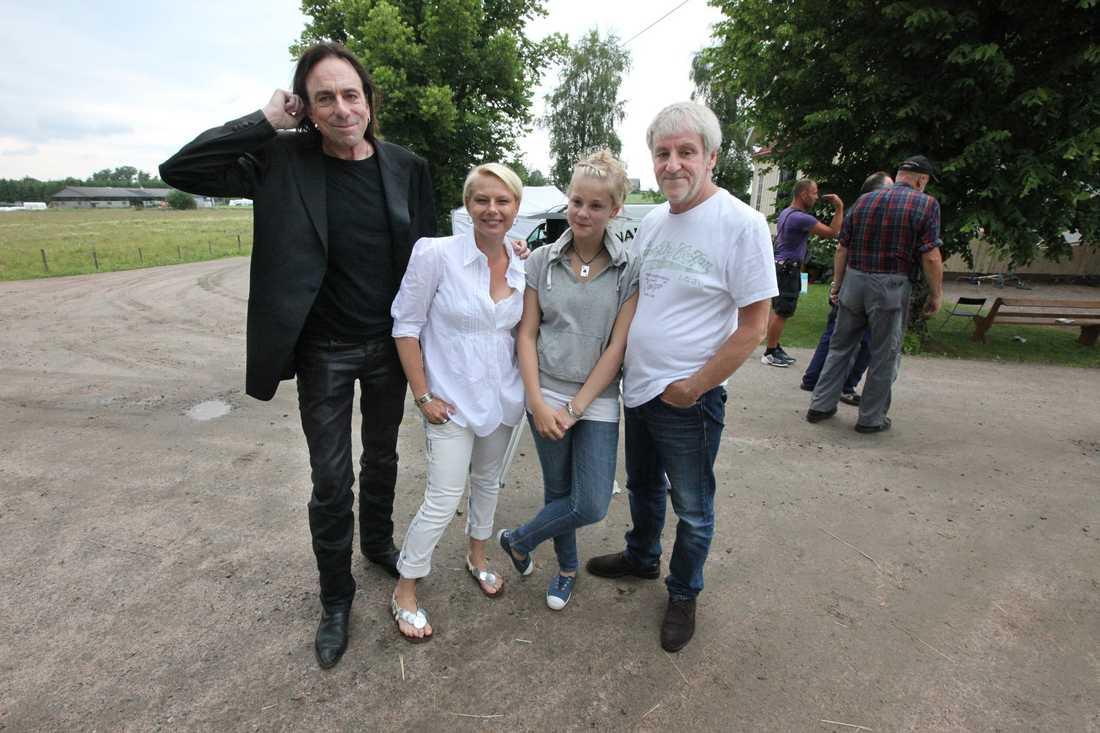 Filmar igen - Rickard Wolff, Helena Bergström, dottern Molly och Colin Nutley utanför Södra Vångas Missionshus.