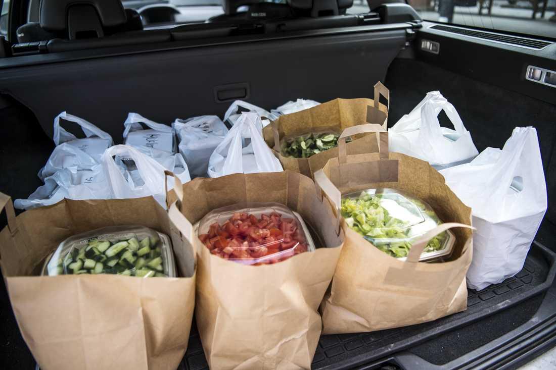 Många restauranger och företag valt att skänka lunchlådor till de som står längst fram i kampen mot coronaviruset.