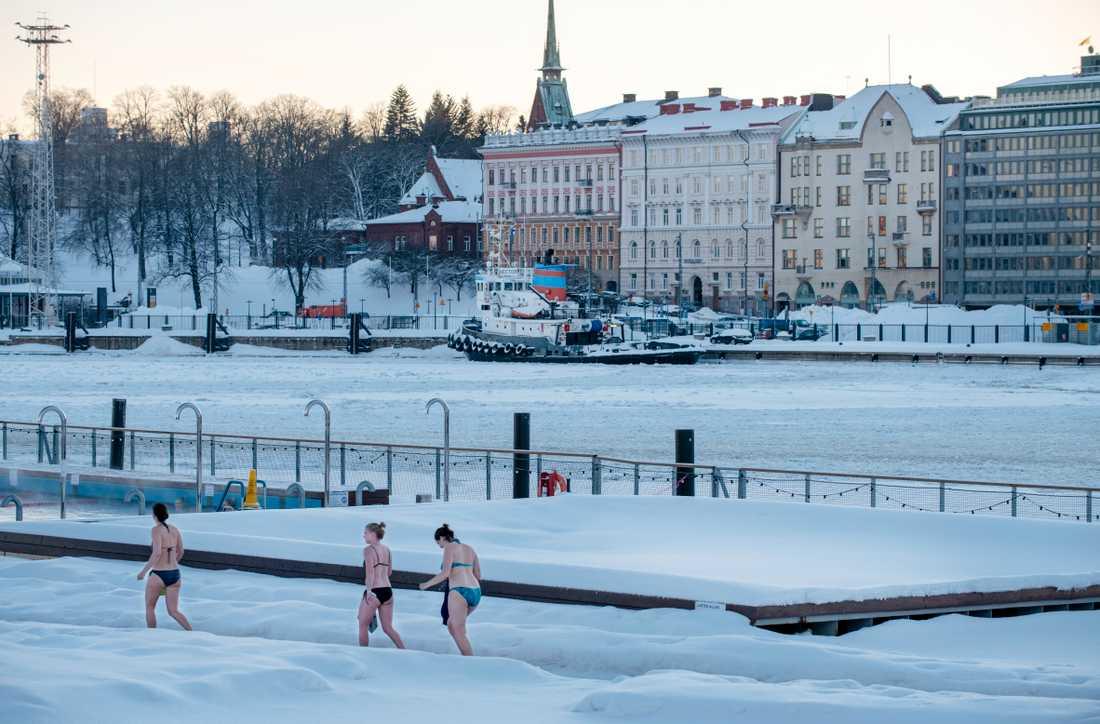 Bastande kvinnor vid Allas Sea Pool i centrala Helsingfors som både erbjuder bastu och utebad året runt