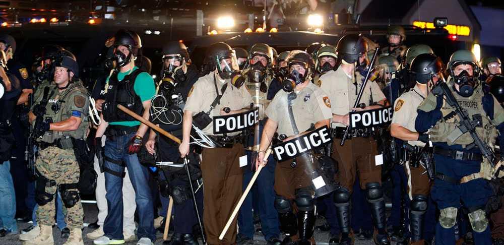 Bilder från sommarens kravaller i Ferguson.