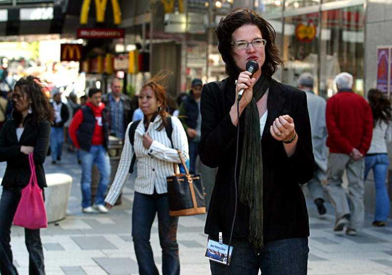 Kinberg Batra kampanjar för Moderaterna inför EU-valet 2004. 2006 kom hon in i riksdagen.