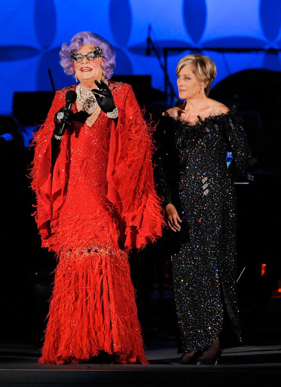 Dame Kiri Te Kanawa och Dame Edna uppträder på Hollywood Bowl 2009.