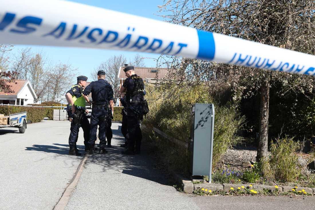 Polisen har spärrat av ett hus i ett villakvarter i Lund. Larmet kom in tidigt i morse och polisen utreder det som ett grovt rån.