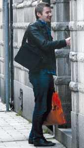 Arbetsförmedlingens jobbcoach tar emot Aftonbladets reporter i en lokal på Södermalm i Stockholm.