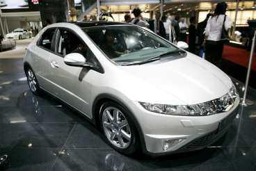 Honda Civic Kommer: januari. Nya Civic är en designbomb med futuristisk inredning. Men bilen är rymlig.