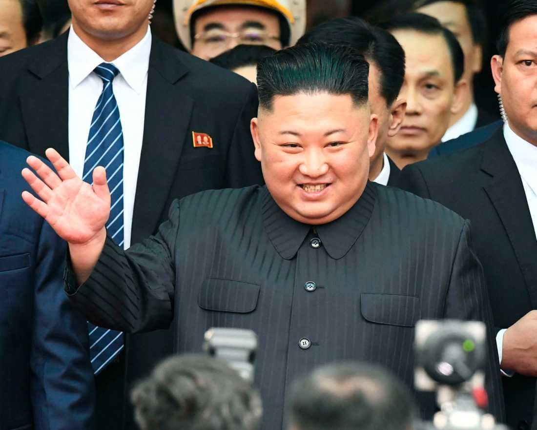 Kim Jong-Un vinkar vid ankomsten till Vietnam.