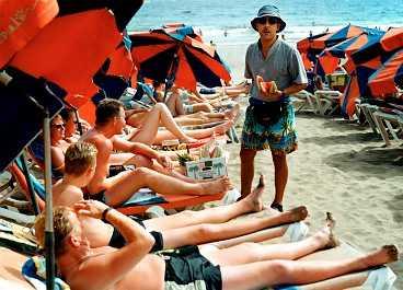 På Playa del Inglés är det full fart - både på stranden och i nöjeskvarteren.
