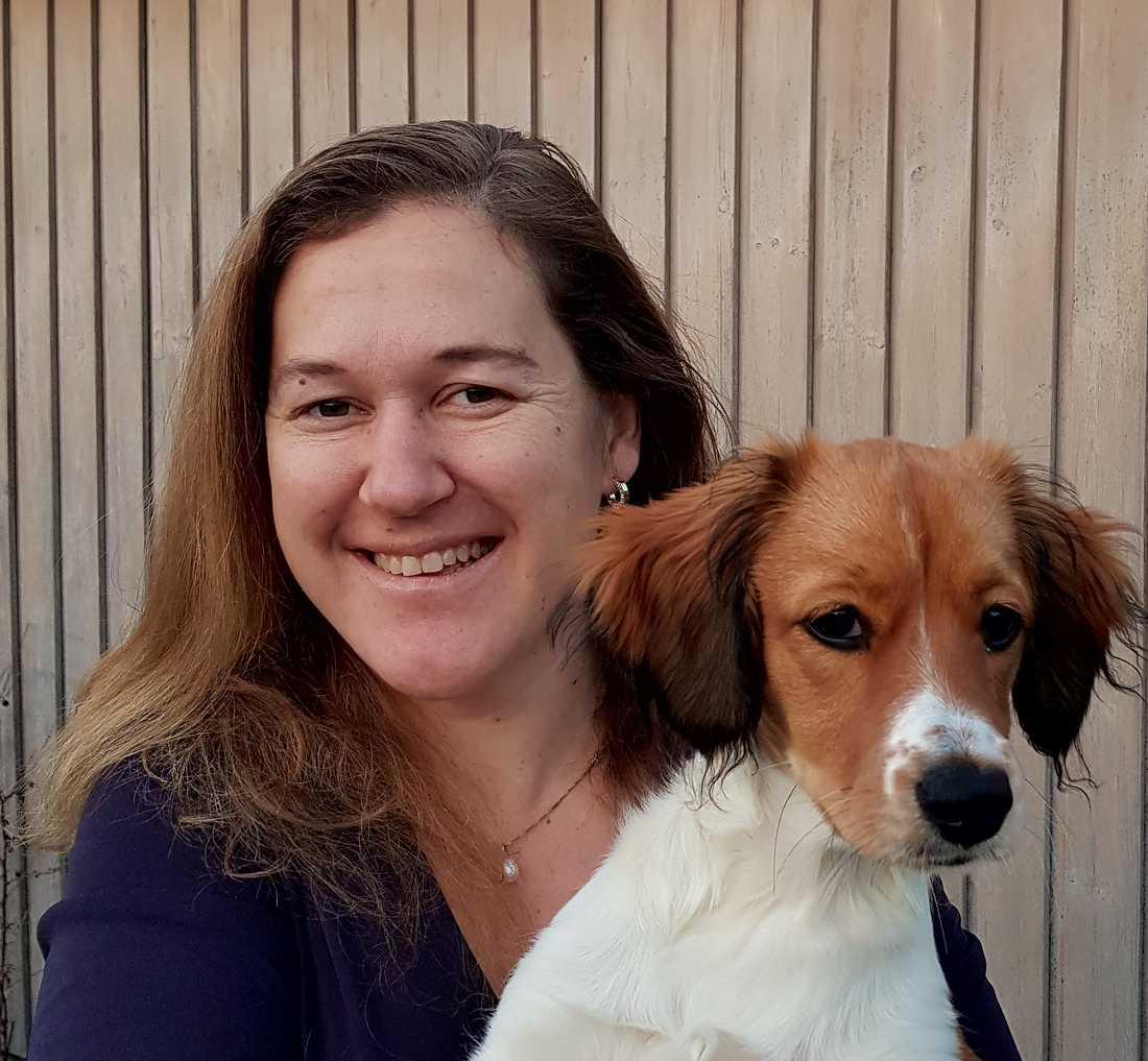 Tove Fall, docent i epidemiologi, med sin hund Vega.