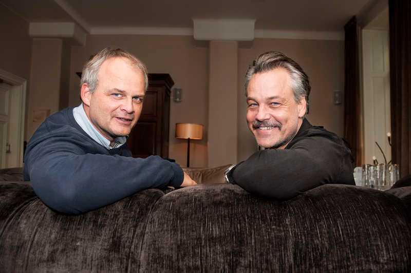 Johan Rheborg och Henrik Schyffert auktionerade ut en privat standup på Tradera. Pengarna kommer oavkortat gå till att hjälpa till i flyktingkrisen, vilket Schyffert tidigare berättat om i Nöjesbladet.