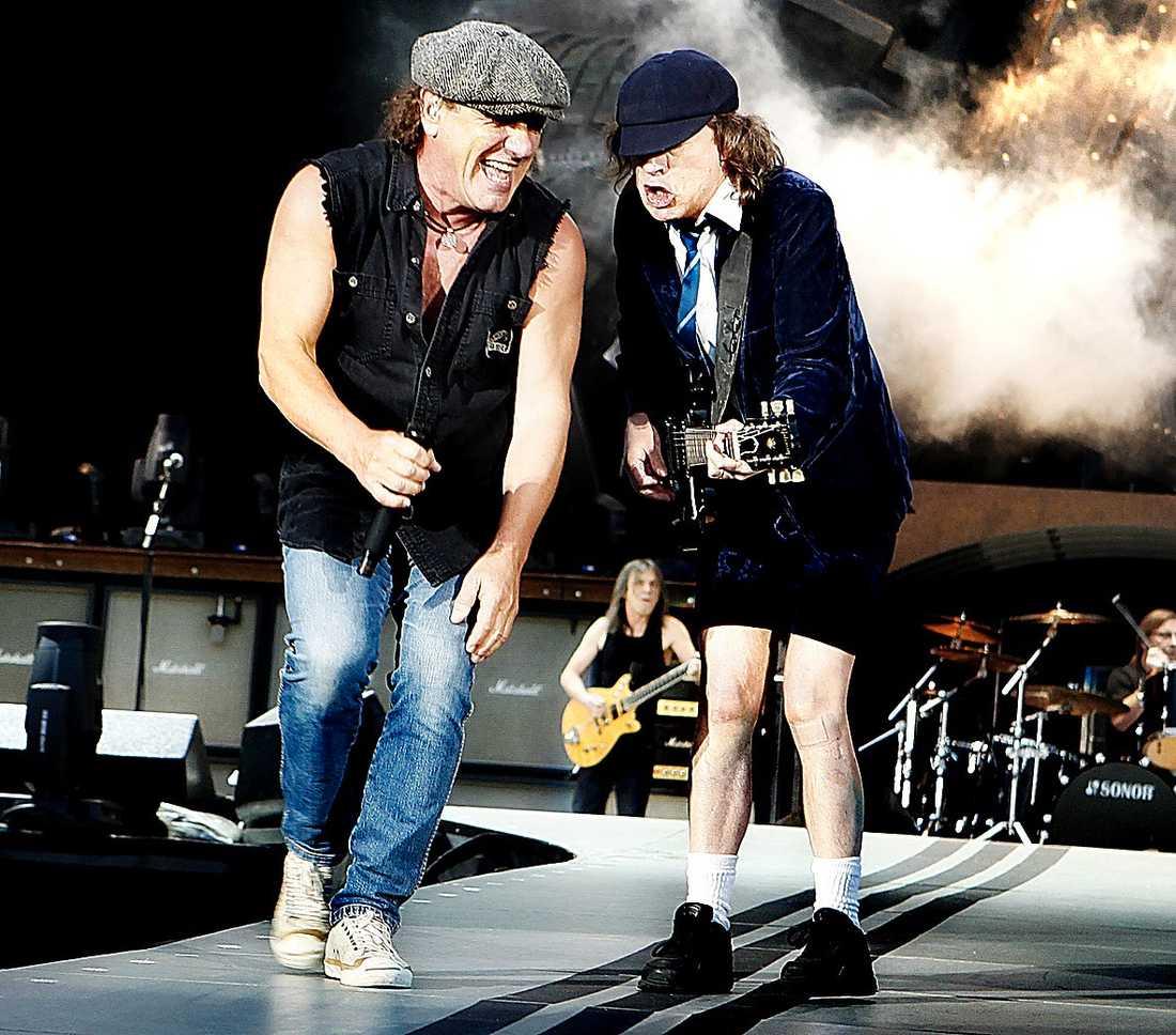 Brian Johnson och Angus Young på scenen på Ullevi i Göteborg sommaren 2009.