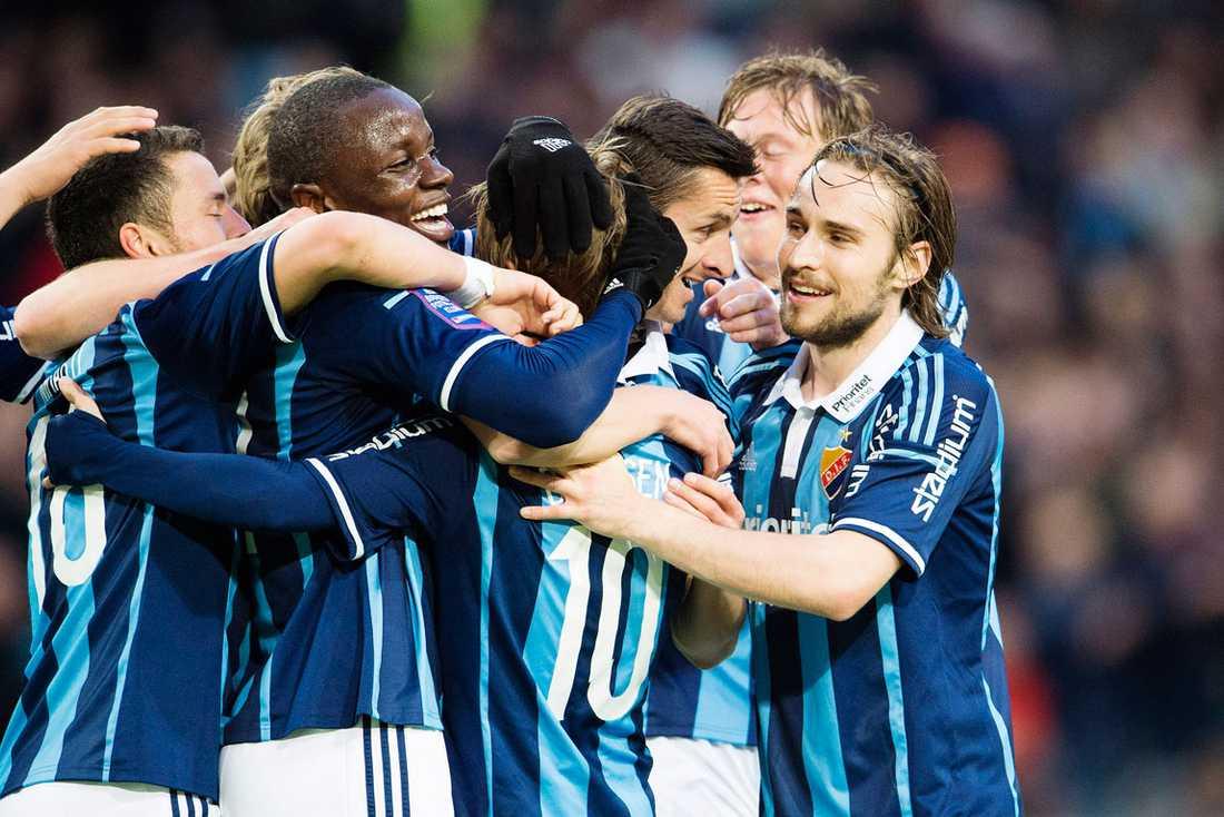 Djurgårdens Nyasha Mushekwi, Daniel Berntsen och Kevin Walker jublar efter 3-0 mot Falkenberg.