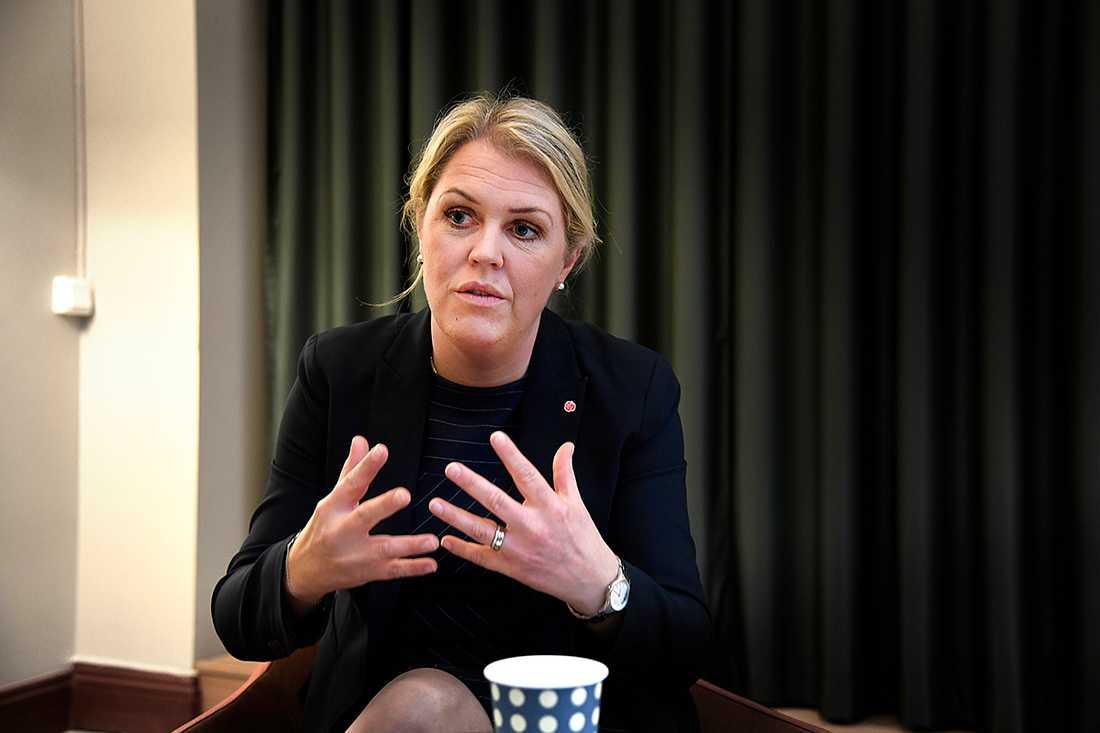 """Socialministern Lena Hallengren (S) svarar efter Aftonbladets granskning av äldrevården. """"Jag blir genuint besviken på vård- och omsorgsgivare om de inte klarar av att ge äldre den omsorg som de förtjänar"""", säger hon. Bilden till höger är från ett annat äldreboende som inte har någon koppling till artikeln."""