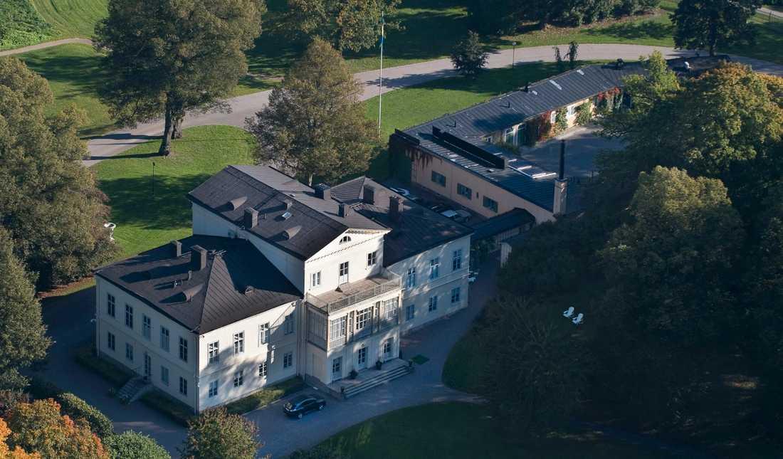 Haga slott Huvudbyggnaden från början av 1800-talet är med sina 1915 kvadratmeter perfekt för en omgång kurragömma. Slottet är ungefär lika stort som 13 vanliga villor, med 41 rum, varav 25 är Victorias och Daniels privata. Byggnaden renoverades nyligen för 45 miljoner kronor.