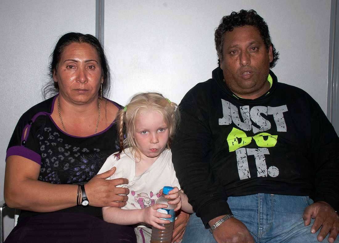 Fyraåriga Maria med Eleftheria Dimopoulou och Christos Salis som hon växt upp med.