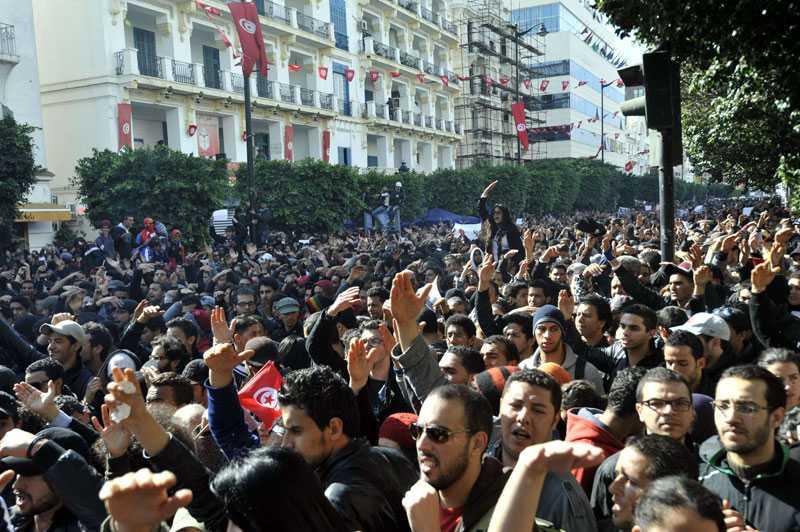 Tusentals människor gav sig ut på gatorna och demonstrerade över hela Tunisien.