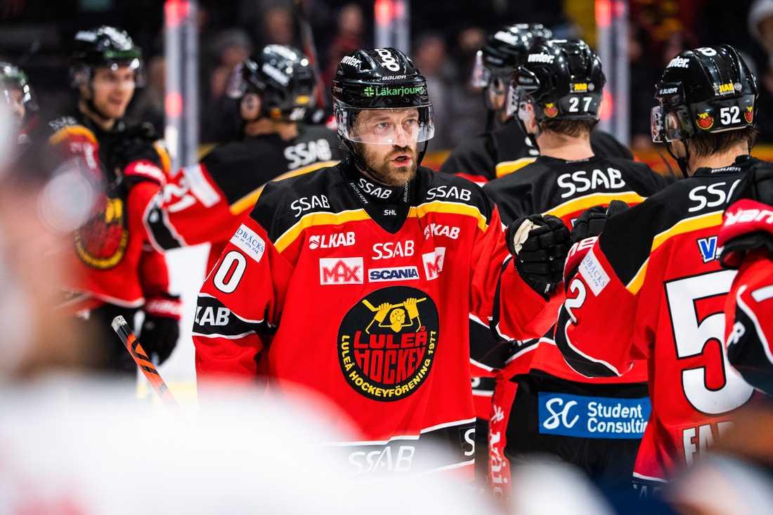 Ny granskning: en manlig hockeyspelare tjänar som ett helt damlag.