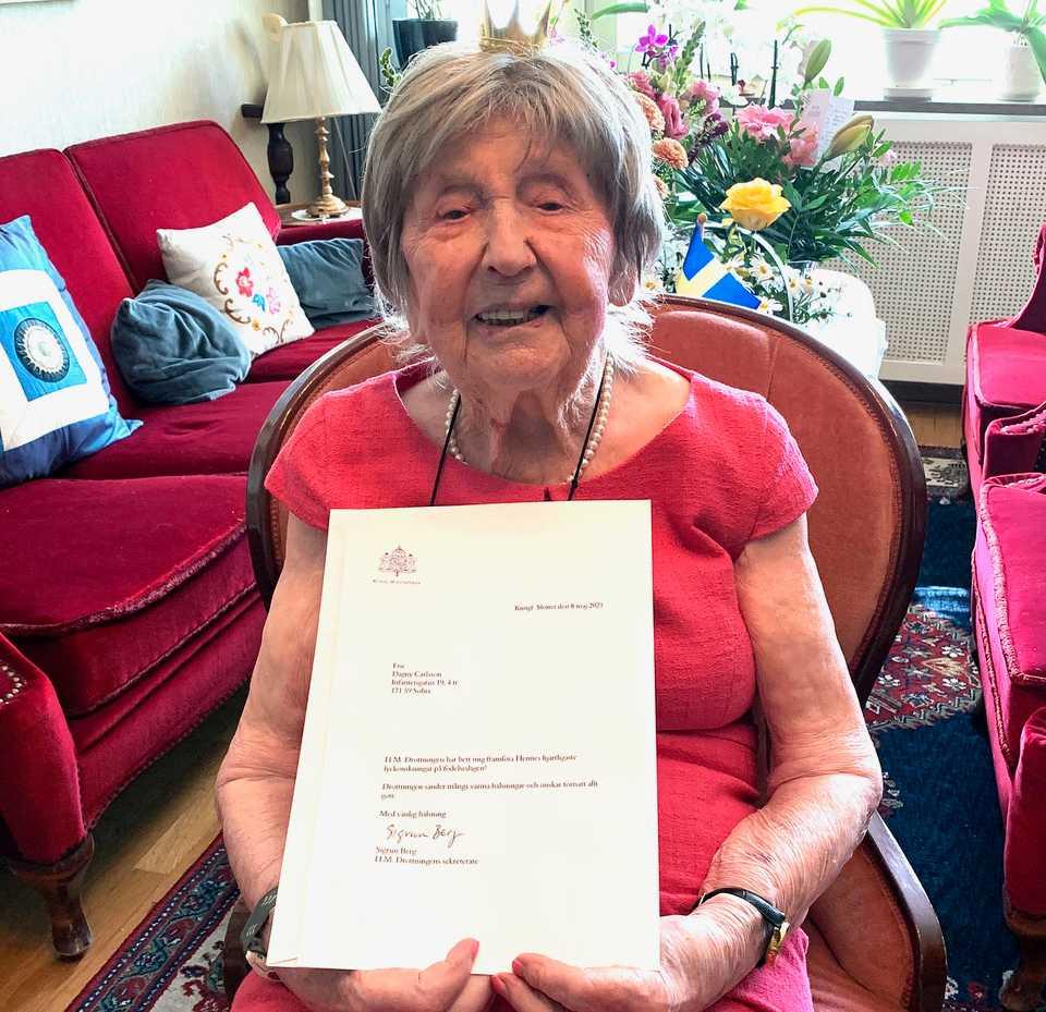 Dagny Carlsson med brevet från drottning Silvia på 109-årsdagen.