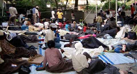 Läkare utan gränser ger skydd och mat åt drabbade i Port-au-Prince.