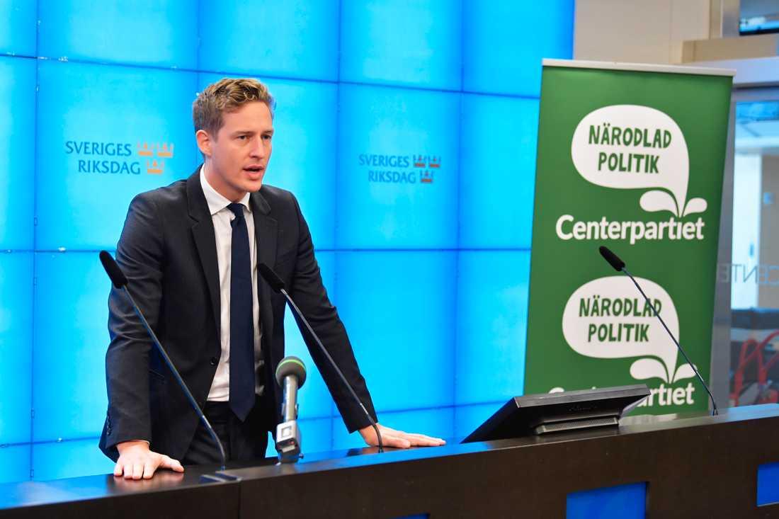 Emil Källström (C) kommenterar regeringens budgetproposition under en pressträff i riksdagen