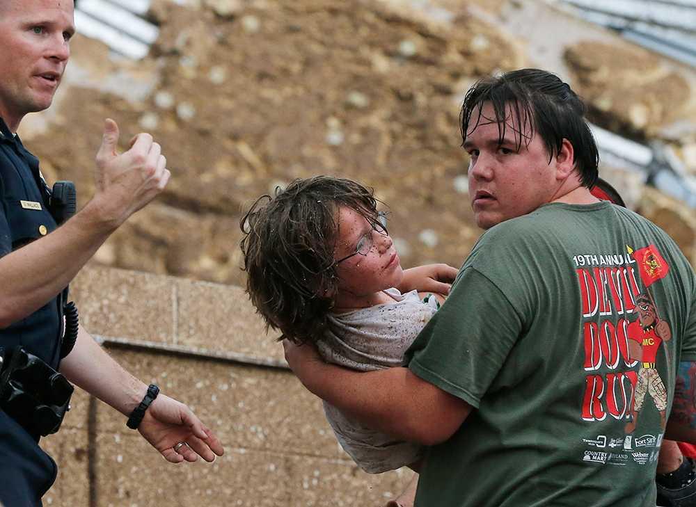 Ett barn räddas ur bråtet av Plaza Towers Elementary School