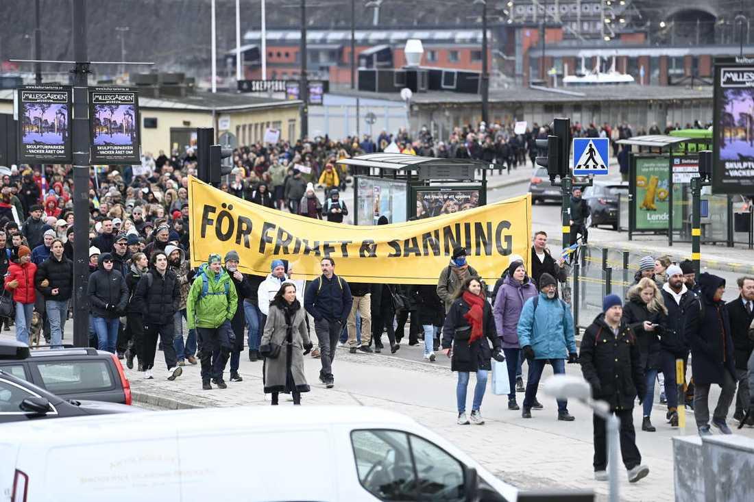 """Hundratals demonstranter samlades i en stor """"anticorona""""-demonstration i Stockholm den 6 mars."""
