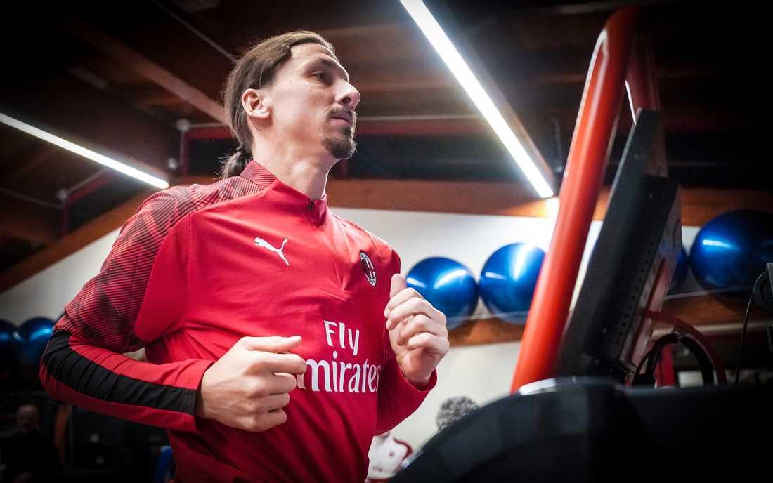 Zlatan Ibrahimovic är på plats på Milanello, klubbens träningsanläggning.