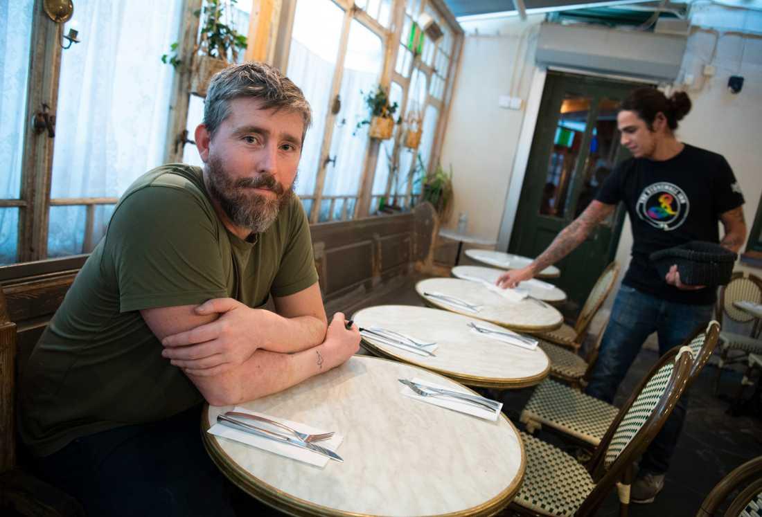 """""""Det är klart att vi är oroliga. Vi hoppas att folk ska våga sitta inomhus också, men det kommer inte att vara samma tryck som under sommaren"""", säger restaurangchefen Mårten Eriksson Mårtens om läget inför hösten."""