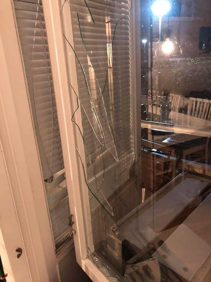 Lägenheten täcktes av glassplitter och betongdamm.