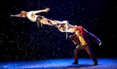Lars Bethke, Dag Andersson och Morgan Alling bjuder på akrobatisk komedi.