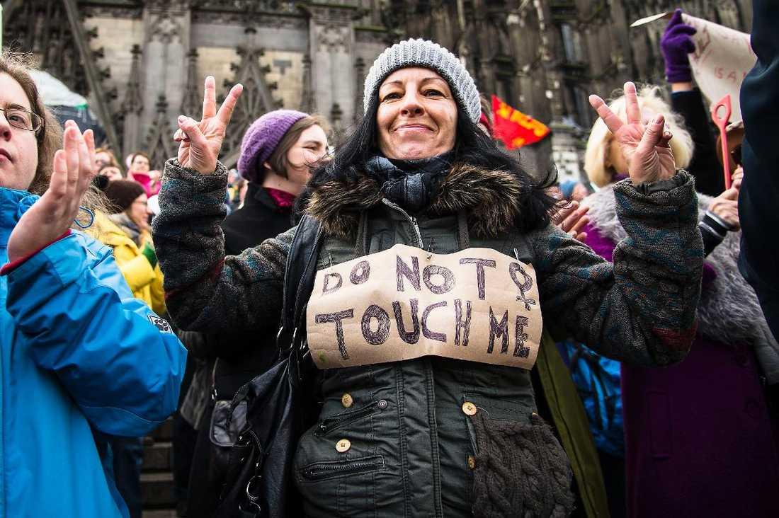 Kämpar för sin rätt Tre demonstrationer hölls i Köln i går och den som polisen behövde bry sig minst om var den kvinnliga flashmobben mitt på dagen vid Kölnerdomen.