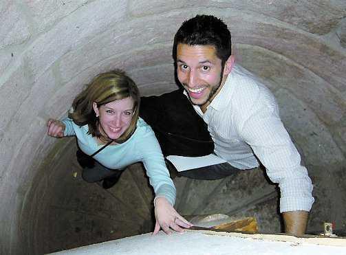 Jessica Whitehill och Vinnie Karam från San Antonio, USA, utforskar Dalhousie Castles hemliga gångar.