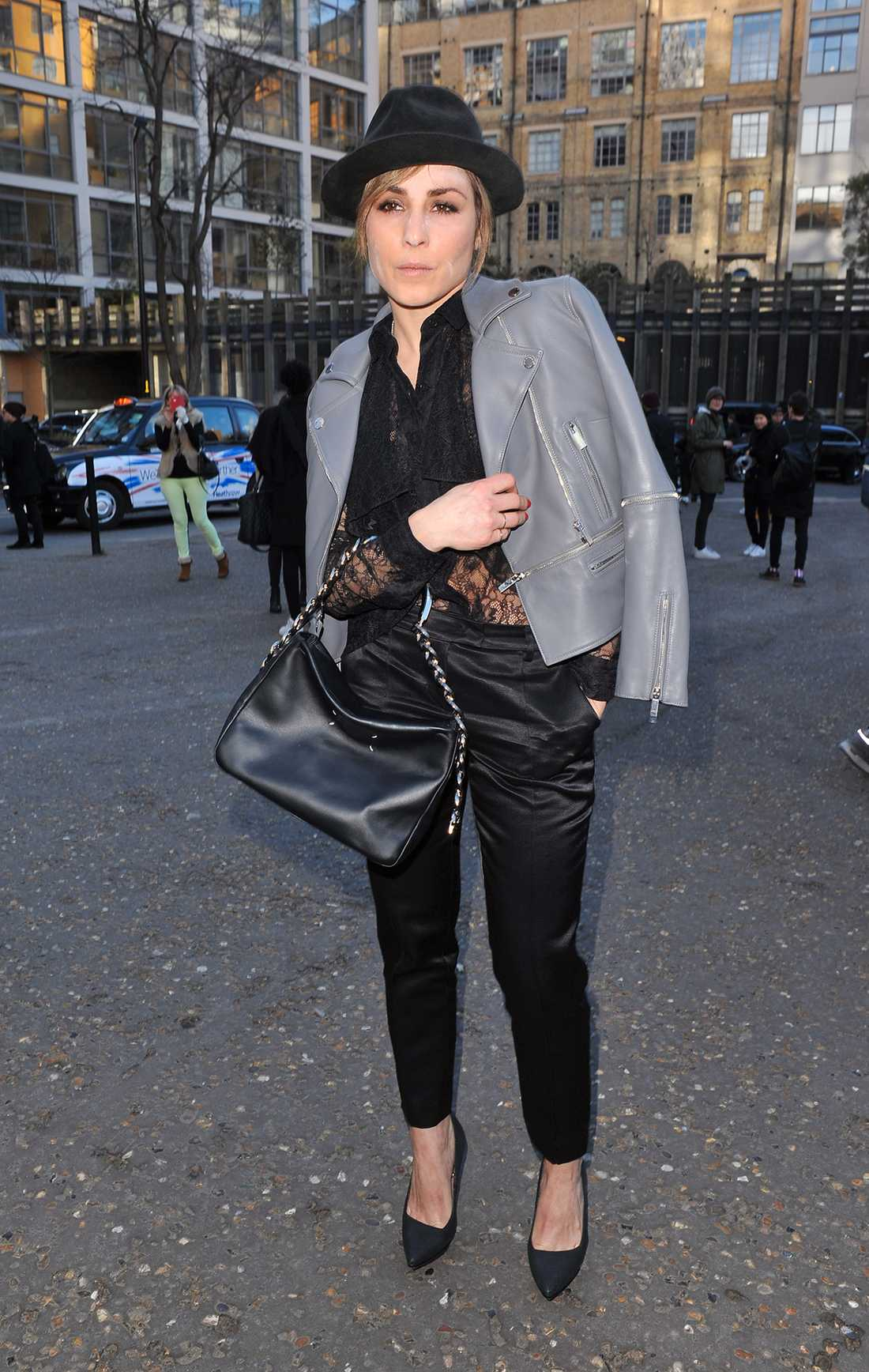 Noomi Rapace Noomi matchar kostymbyxorna med vassa klackar och cool bikerjacka på modeveckan i London.