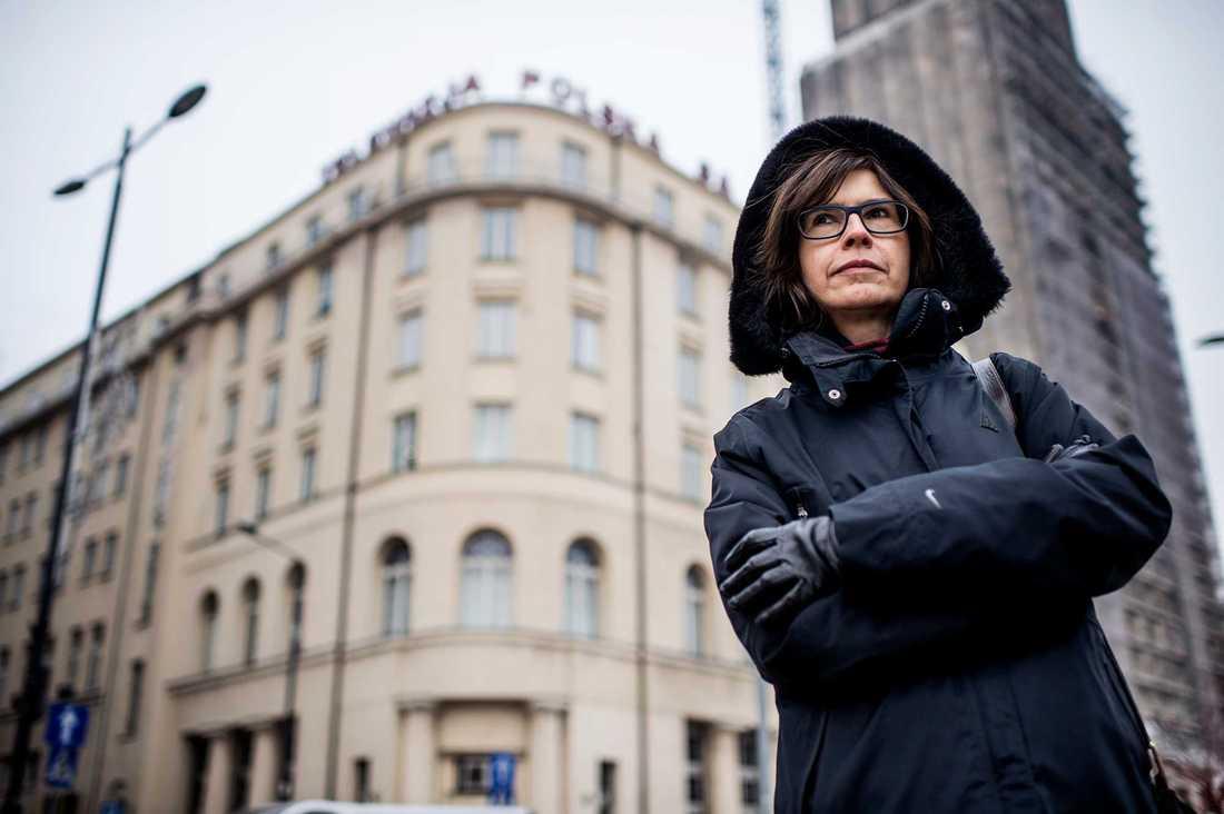 Polens president Andrzej Duda har undertecknat en hårt kritiserad ny lag om styrning av statliga medier. Lagen innebär att finansministern båda ska utse och även kunna sparka chefer på de statliga radio- och tv-företagen. Hanna Szulczewska har demonstrerat flera gånger mot medialagarna och är med i frivilligorganisation KOD. Här porträtterad framför Telewizja Polska S.A,