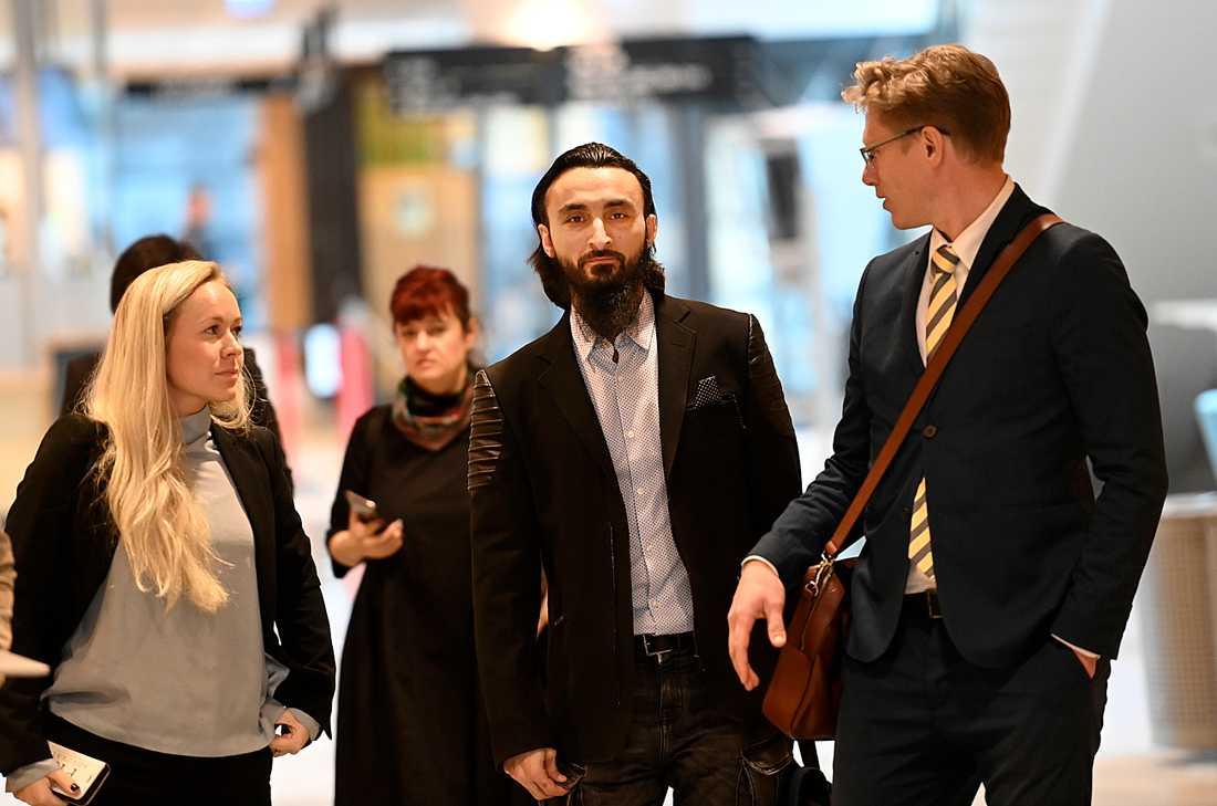 Tumsu Abdurakhmanov tillsammans med advokat Jens Sjölund på väg ut ur rättssalen.