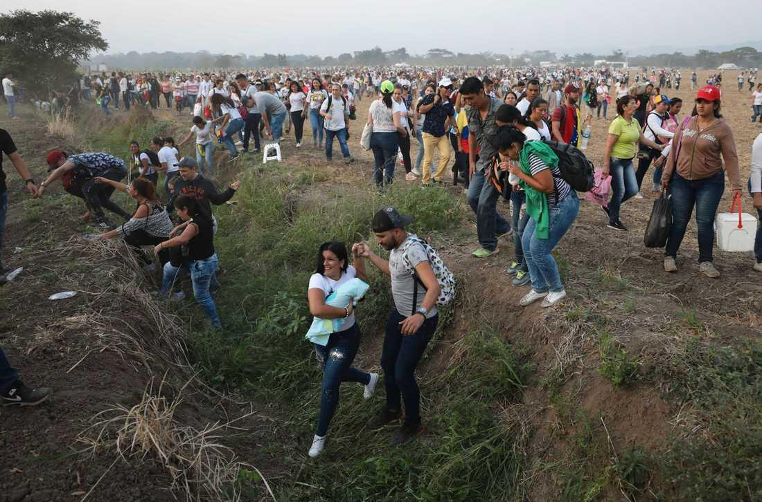 Människor i Venezuela tog sig i fredags över gränsen till grannlandet Colombia för att lyssna på Live aid-konserten som framfördes för att samla in medel till nödhjälp för det krisande Venezuela.