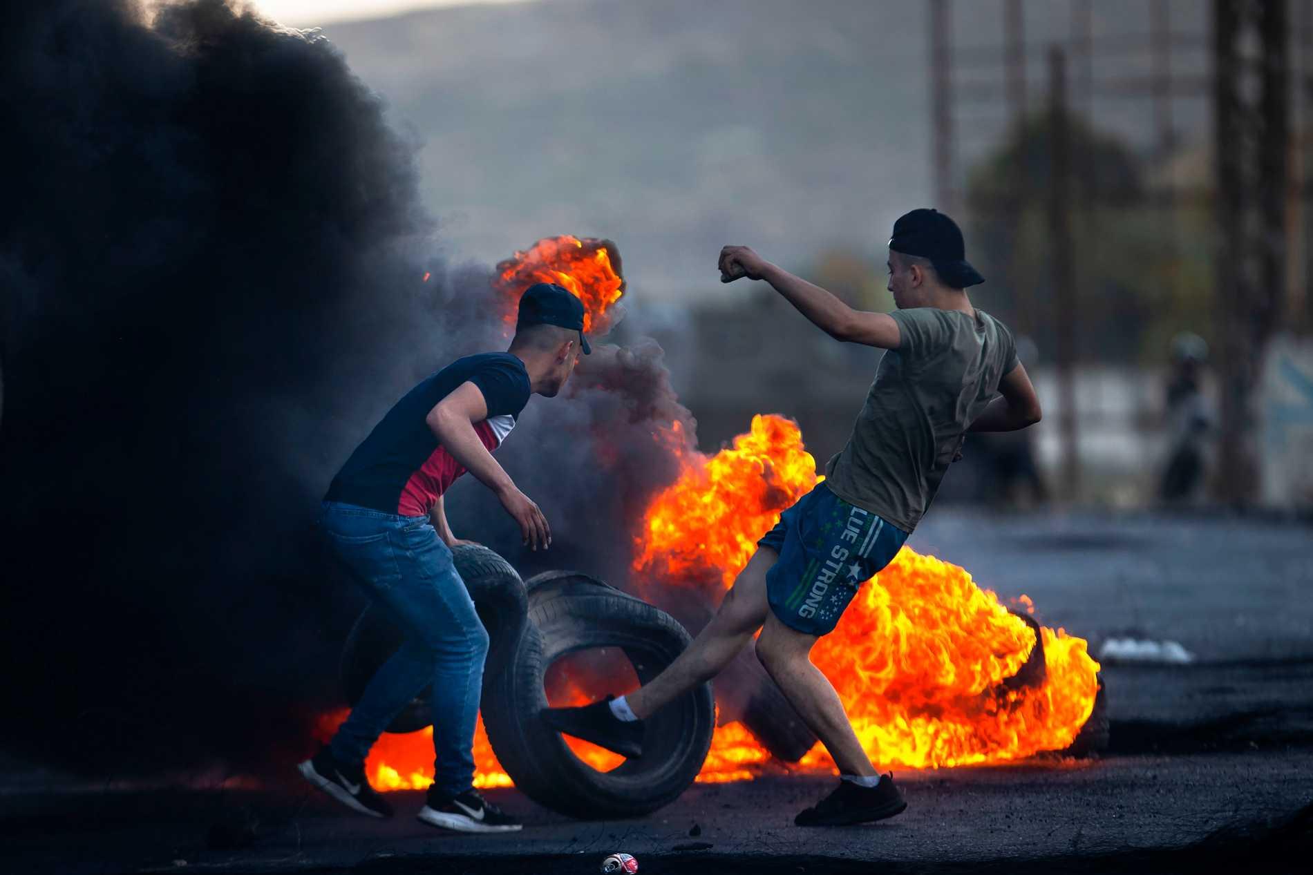 Palestinska demonstranter vid Hawarea checkpoint, Västbanken.