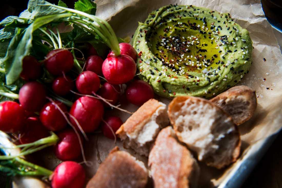 Bönröra serverad med rädisor och bröd