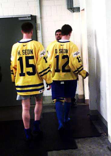 På väg mot VM-guld? Tvillingarna Henrik och Daniel Sedin har stora krav på sig i VM efter debutsäsongen i NHL. Hittills har spelet inte varit helt lysande, kanske beroende på att de glömt hur det är att spela på stor rink.