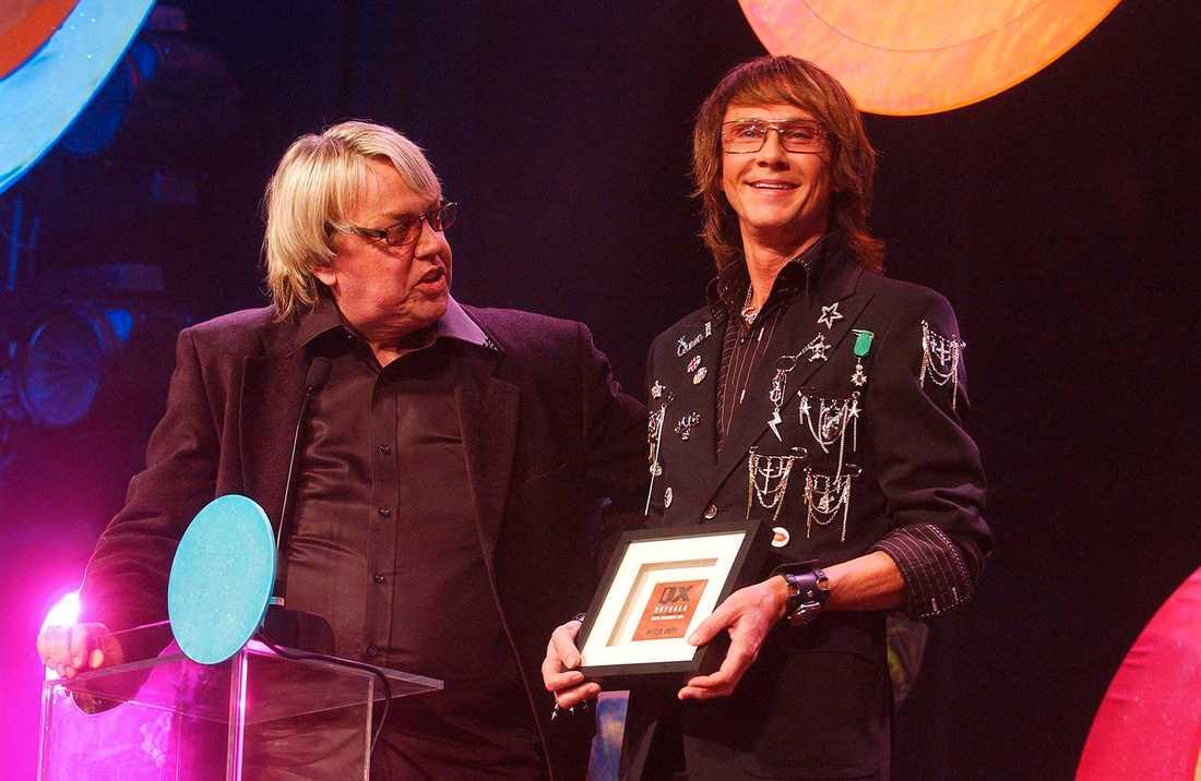 """Lars Flinckman, """"Lasse"""" och Christer Lindarw tar emot priset för årets drag på tidningen QX gaygala 2005."""