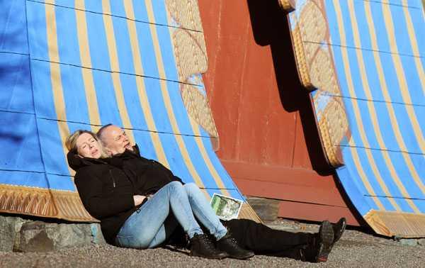 Stockholmare njuter av vårsolen vid Koppartälten i Hagaparken.