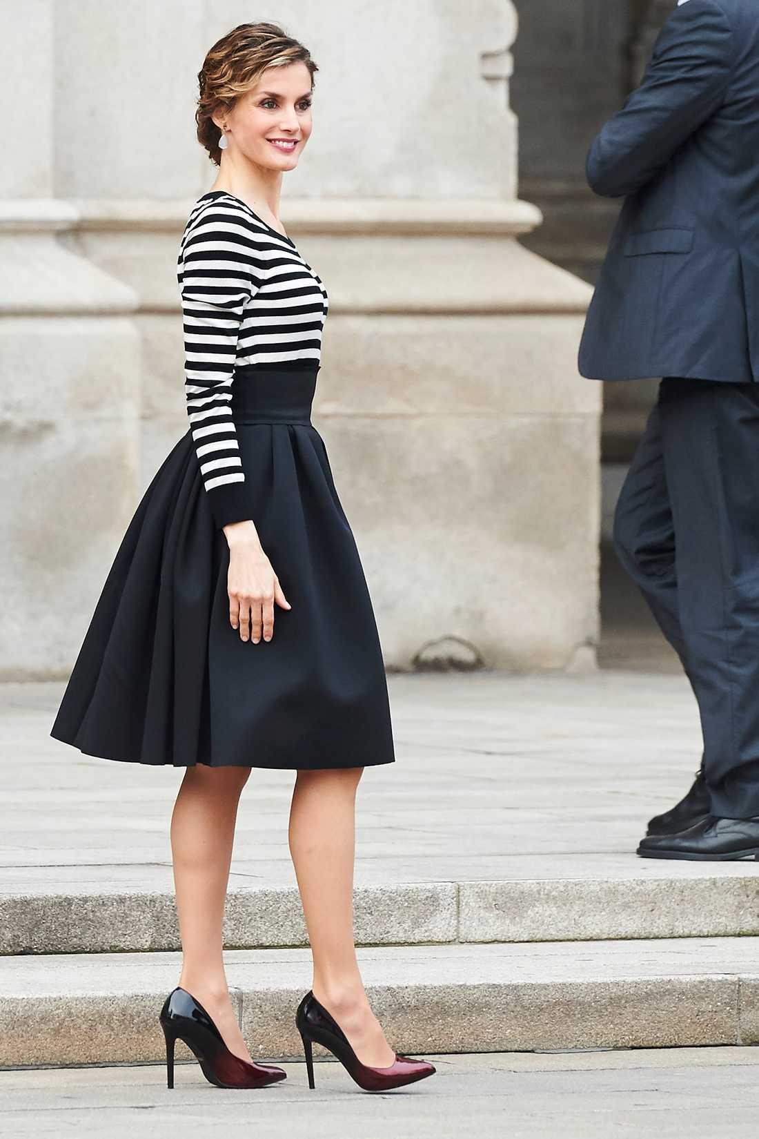 Drottning Letizia av Spanien Letizia ser fantastsikt härligt avslappnad ut i vippig kjol och randig tröja. Riktigt snyggt säger vi.