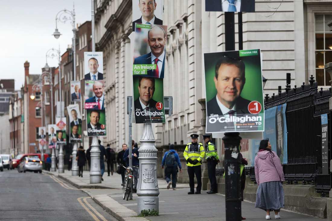Irlands huvudstad Dublin är fylld av porträtt på hugade parlamentsledamöter. På lyktstolpen närmast sitter Jim O'Callaghan, som hoppas bli justitieminister om hans högerliberala Fianna Fáil vinner valet.