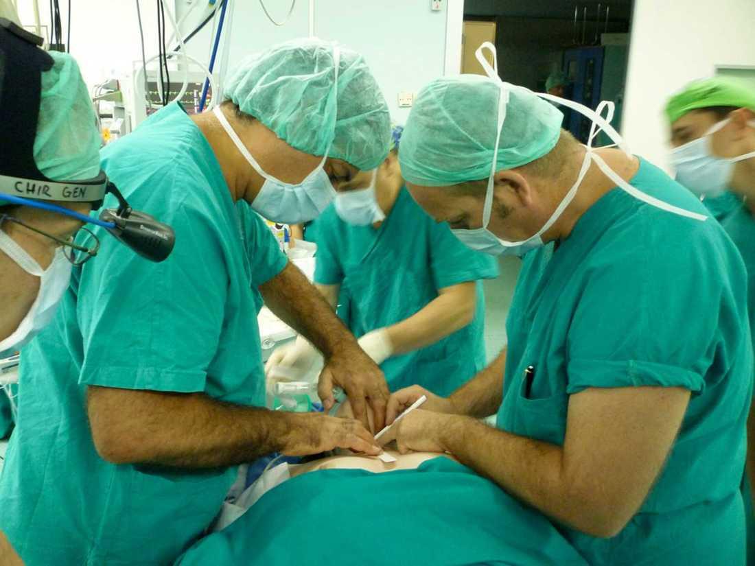 Paolo Macchiarini, till vänster, under en operation på sjukhuset AOU Careggi 2010.