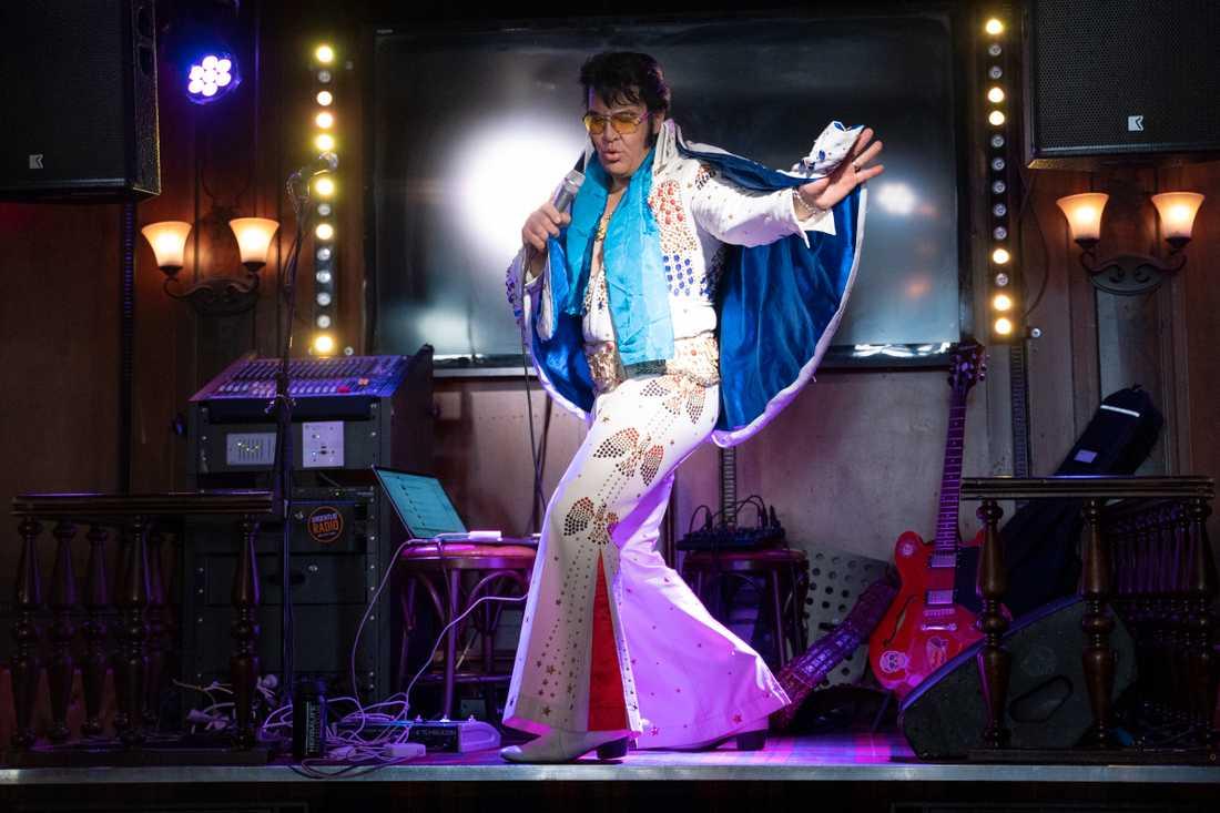 Den norske Elvisimitatören Kjell Elvis krossade under lördagsförmiddagen det tidigare världsrekordet i att sjunga Elvislåtar utan avbrott.